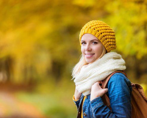 Vrouw wandelt in herfstbos